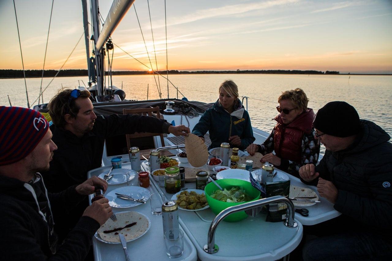 Sonnenuntergang auf Yacht Segeltörn