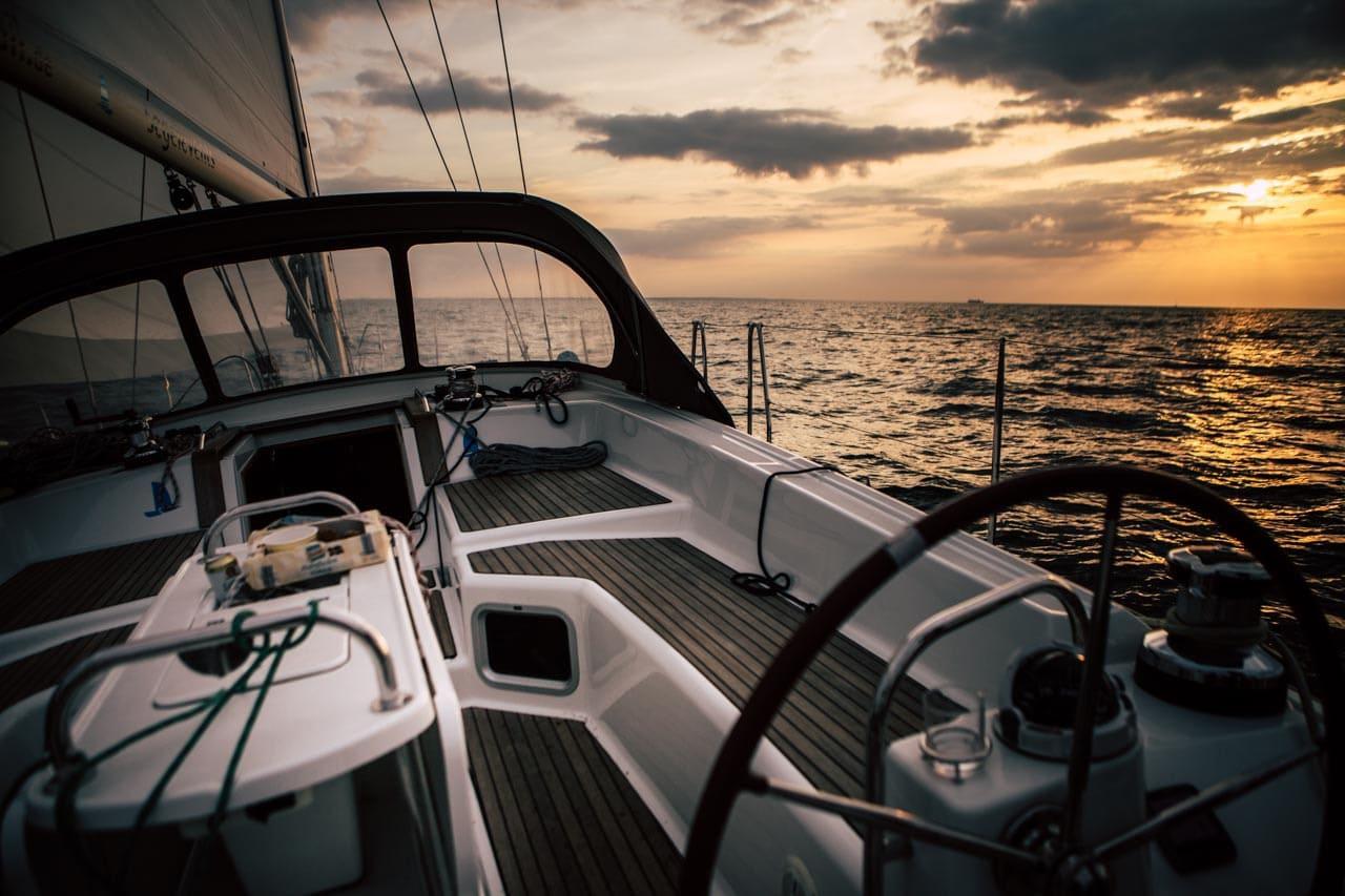 Segeln in Sonnenuntergang auf Yacht