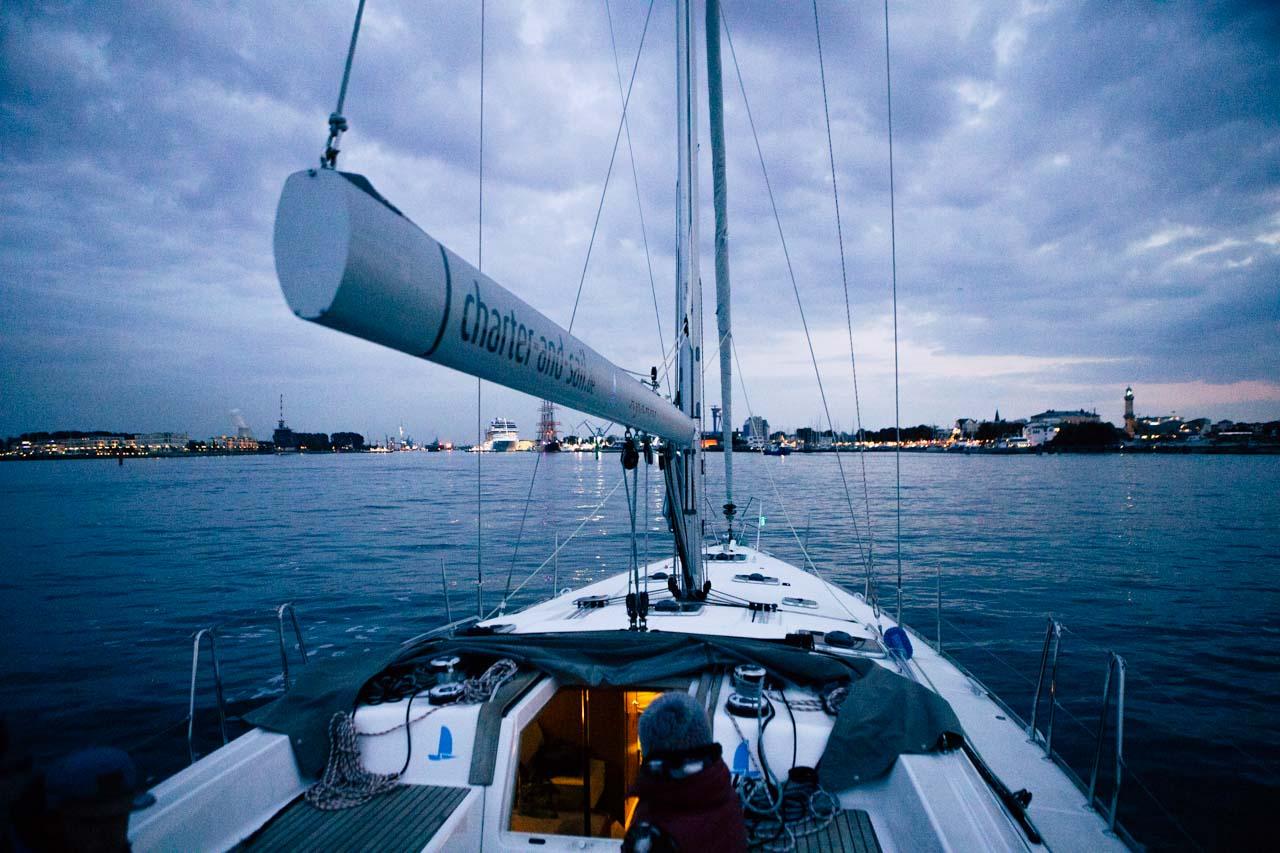 Rostock Warnemünde von See bei blauer Stunde
