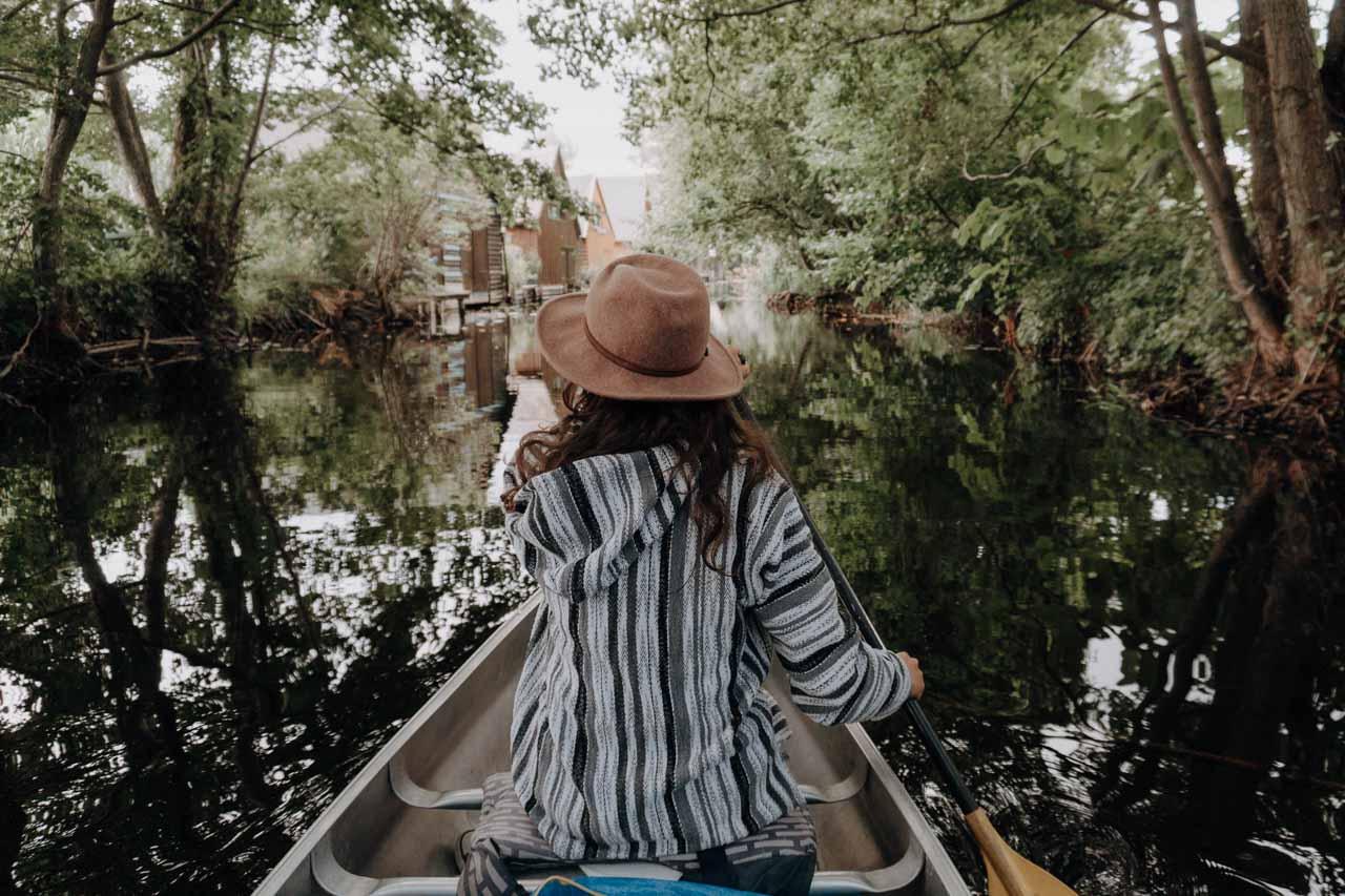 Schöne Kanäle auf der Mecklenburgischen Seenplatte beim Kanufahren
