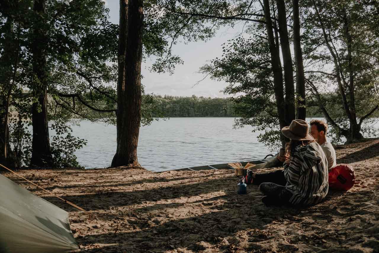 Zelten mit Kanu am See