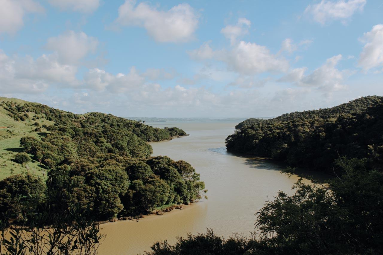 Pakoka River Fluss bei Raglan nach starkem Regen