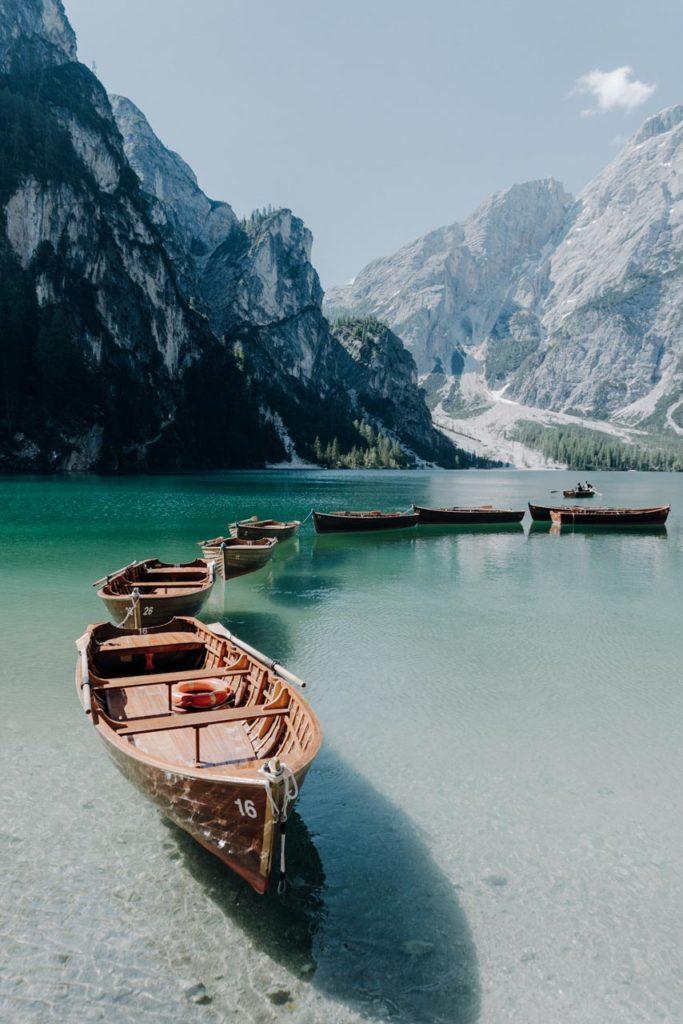 Boote auf dem Pragser Wildsee in Südtirol