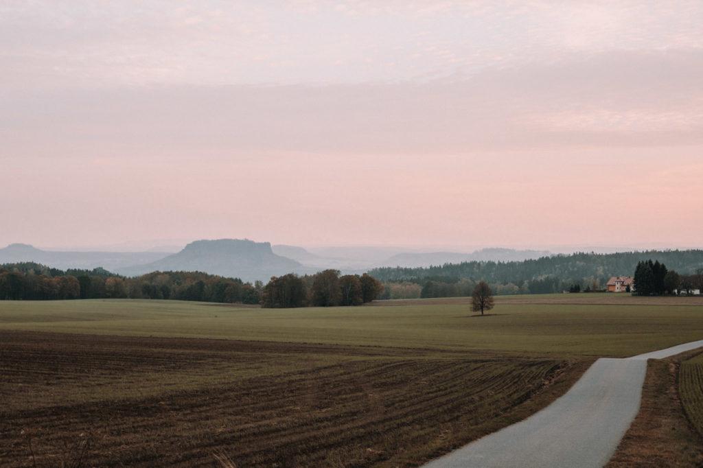 Anreise in der Sächsischen Schweiz mit Blick auf den Lilienstein