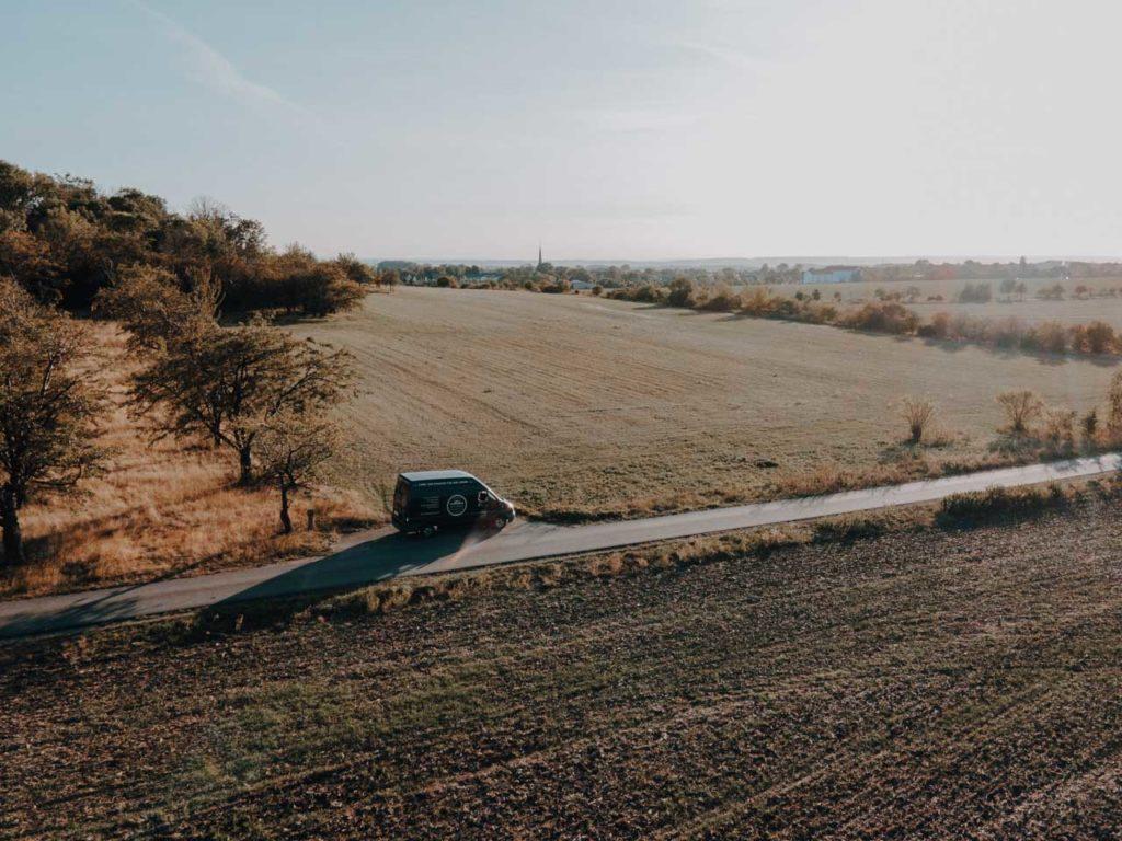 Mit dem Camper unterwegs durch weite Felder