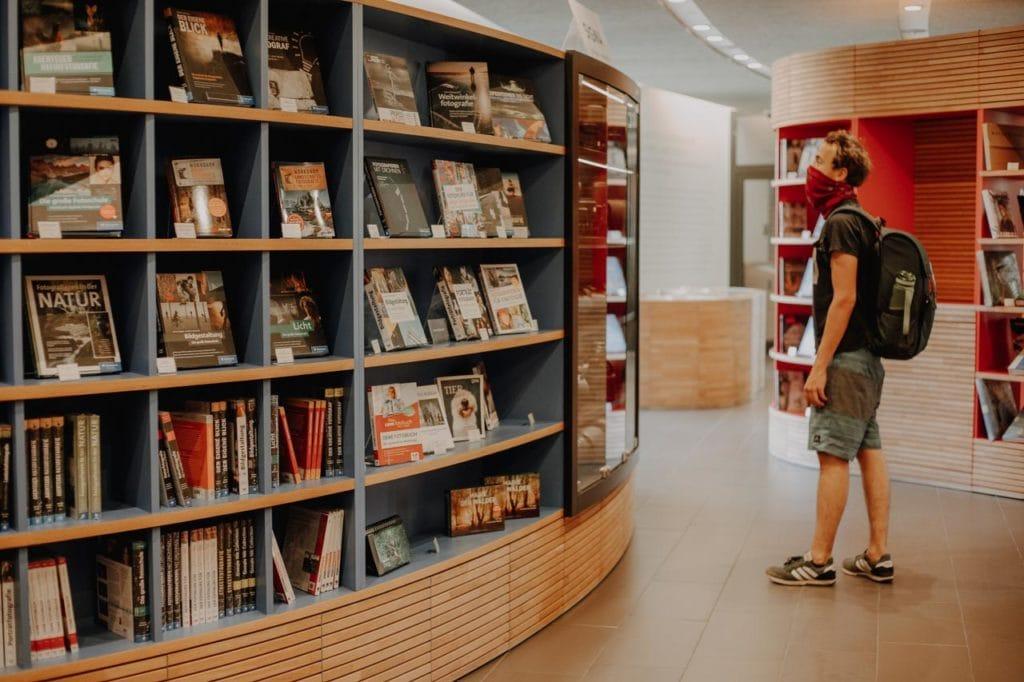 Bücherauswahl in der Bibliothek