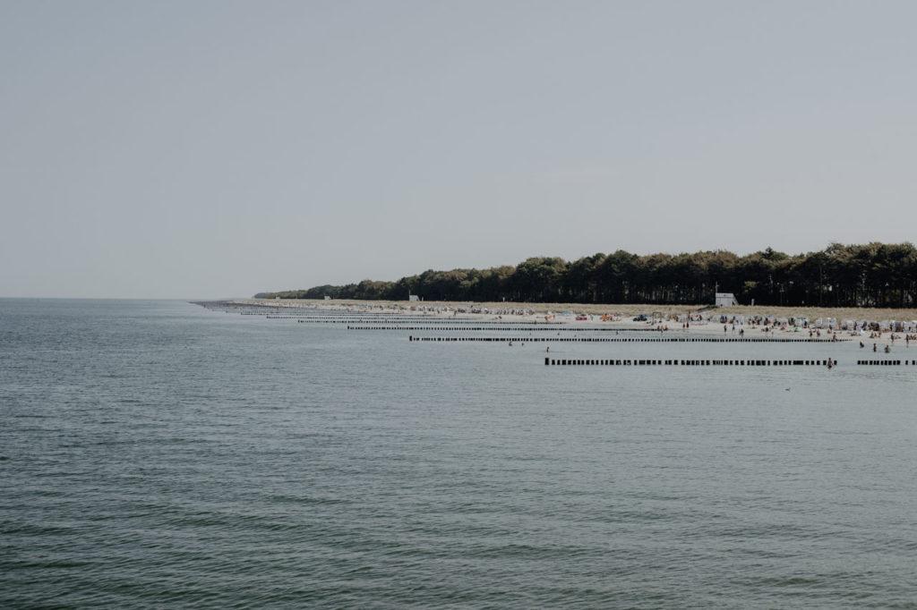 Weißer Ostseestrand mit Urlaubern
