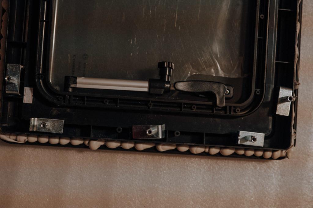 Öffnungsmechanismus und Griff des Fensters von Carbest