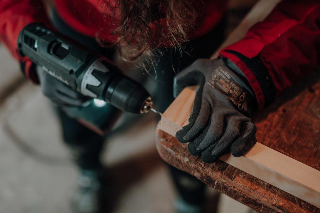 Miri bohrt den Holzrahmen zusammen