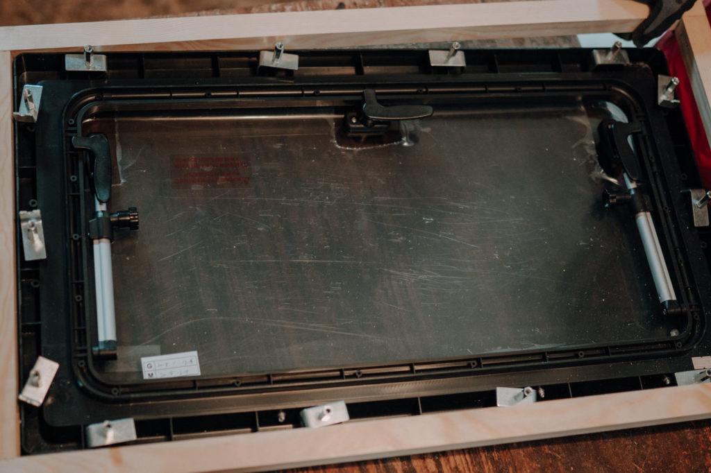 Einpassung des Seitenfensters in den Holzrahmen