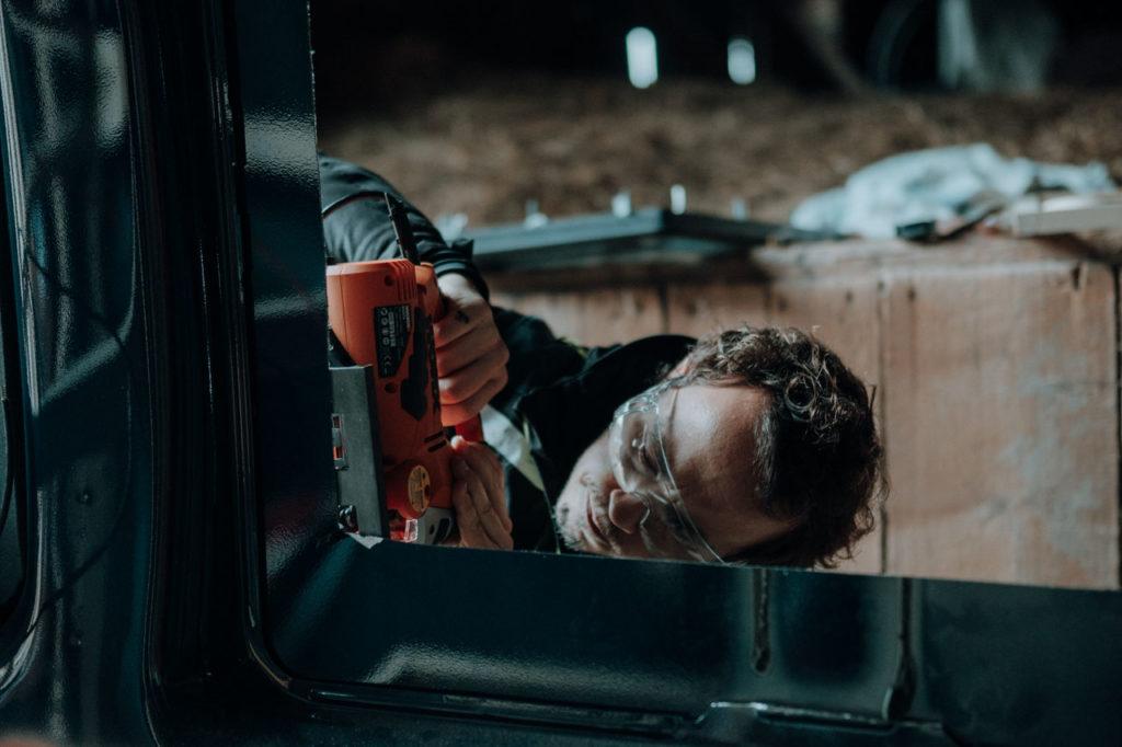 Präzises Arbeiten und Abschleifen am frisch ausgesägten Loch für's Seitenfenster