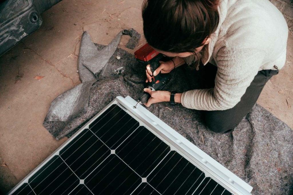 Verschrauben des Solarpanels mit dem Spoiler