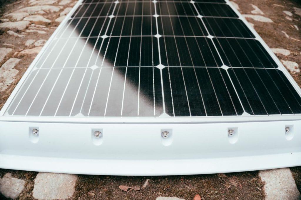 fertig verschraubtes Solarpanel mit entsprechendem Spoiler