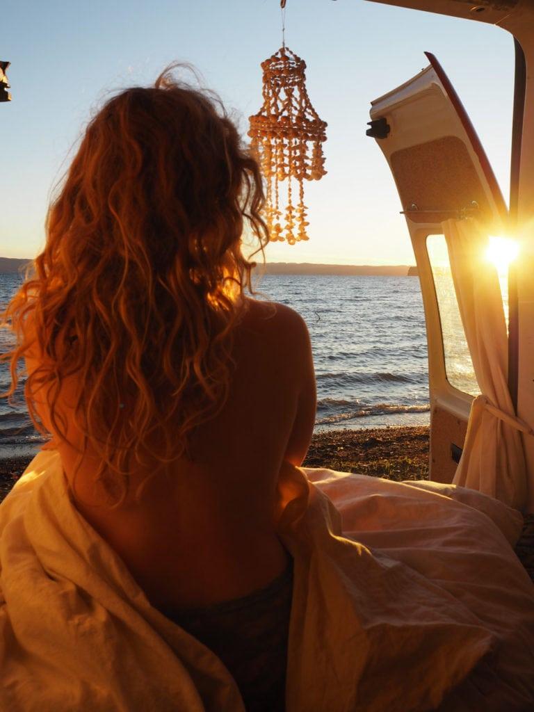 Blick durch unsere Heckklappe direkt auf den Sonnenaufgang