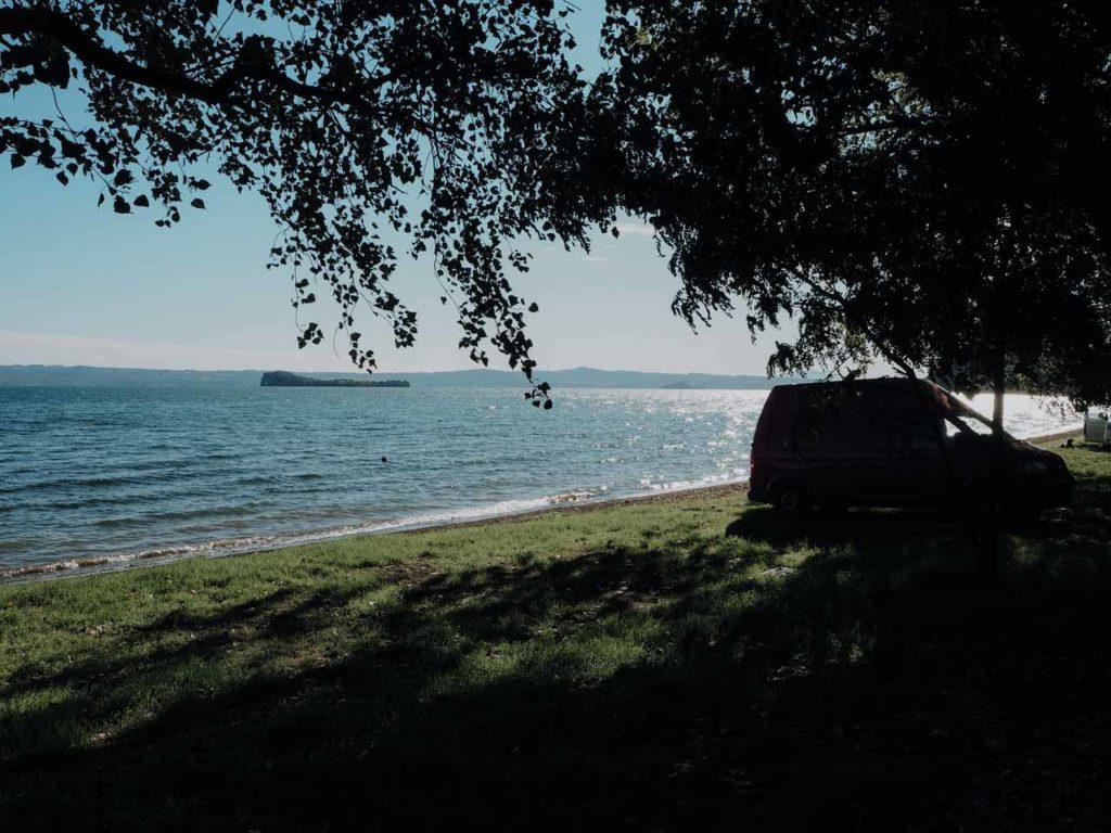 Der perfekte Platz für unseren Van, direkt am Wasser
