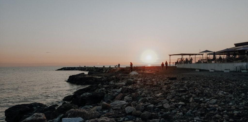 Terrasse eines Restaurants direkt am Meer