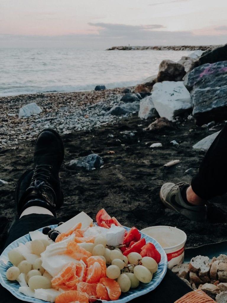 Das frische Abendbrot am Meer genießen