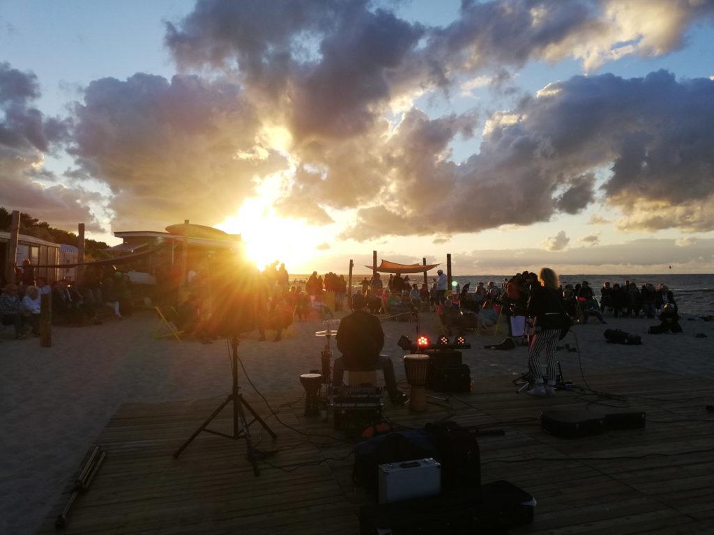 Den Abend ausklingen lassen mit einem Konzert zum Sonnenuntergang an der Surfbar