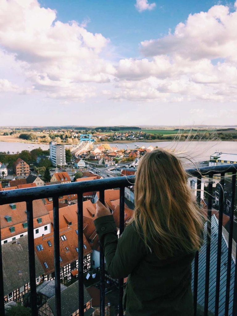 Blauer Himmel und schöner Ausblick auf eine kleine Stadt