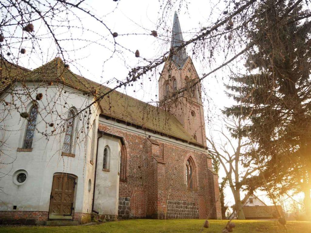 Kirche aus Backstein, von der Sonne angeleuchtet