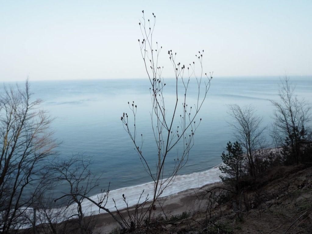 Blick von der Steilküste hinunter auf den Strand und das Meer