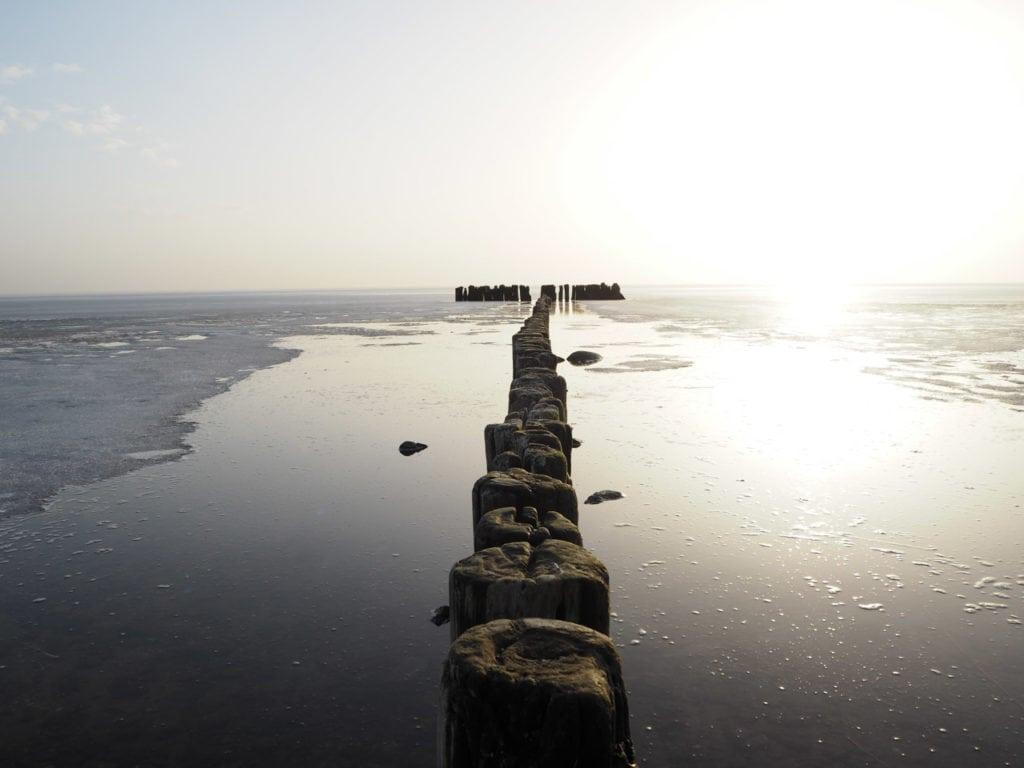 Buhnen im zugefrorenen Meer