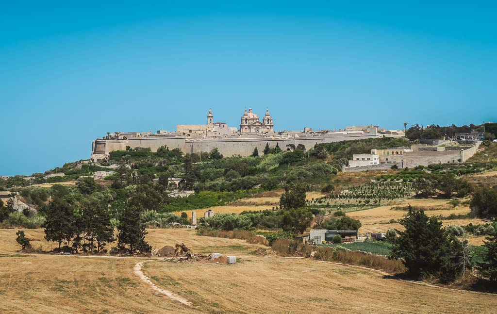 Blick auf die mittelalterliche Stadt Mdina mit ihrer hohen Stadtmauer