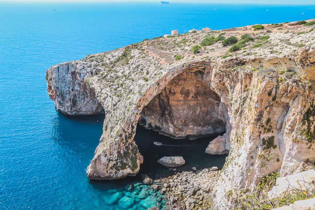 Blick auf die Blaue Grotte, blaues Wasser und schroffer Fels