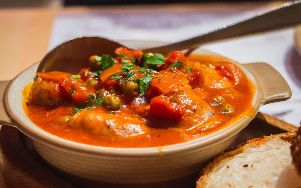 Ein leckeres Gericht mit Erbsen und Paprika in Tomatensoße