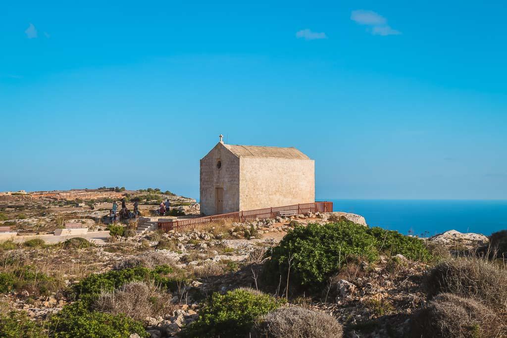 Blick auf eine Kathedrale auf einer Klippe