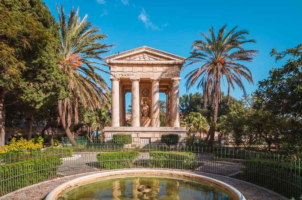 Spaziergang unter Palmen in den Gärten von Valletta