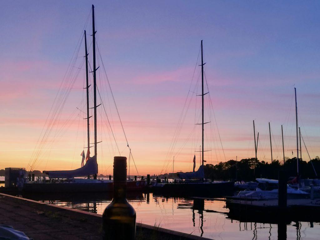 Segelboote im lilanen Sonnenuntergang