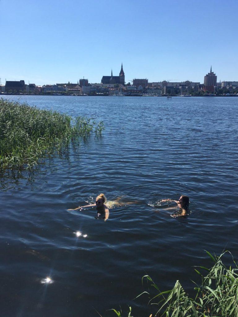 An einem Sommertag in der kühlen Warnow schwimmen