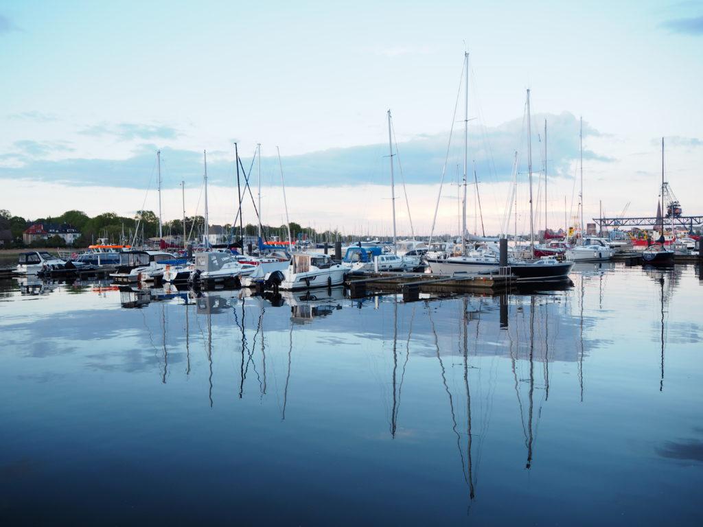 Blick auf den Hafen mit Segelbooten und ganz stillem Wasser