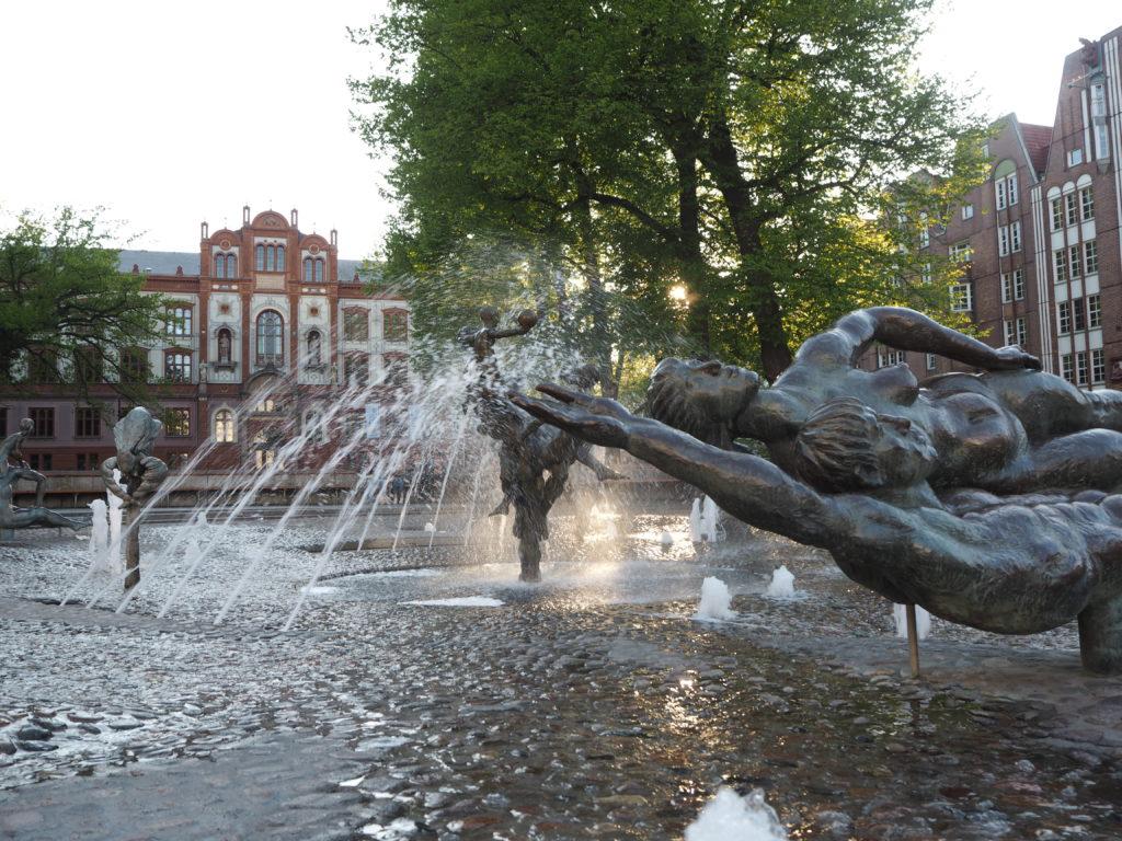 Das Wasser sprudelt im Brunnen der Lebensfreude