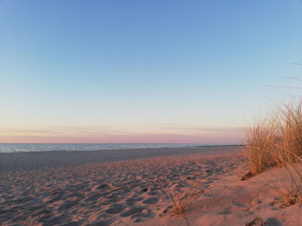 Winterlicher Strand im Sonnenuntergang