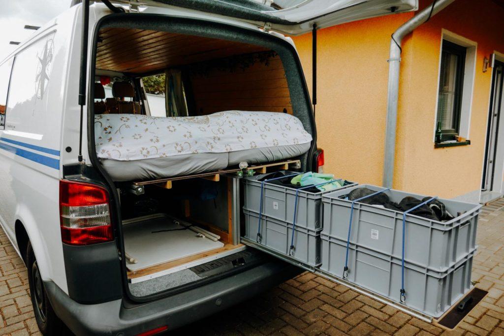 Große Kisten als Stauraum für das Surfmaterial