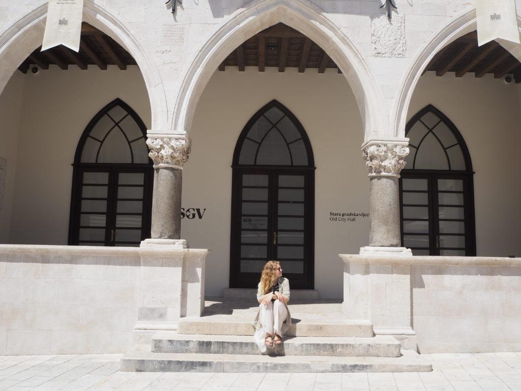 Blick auf Säulen und Bogenfenster