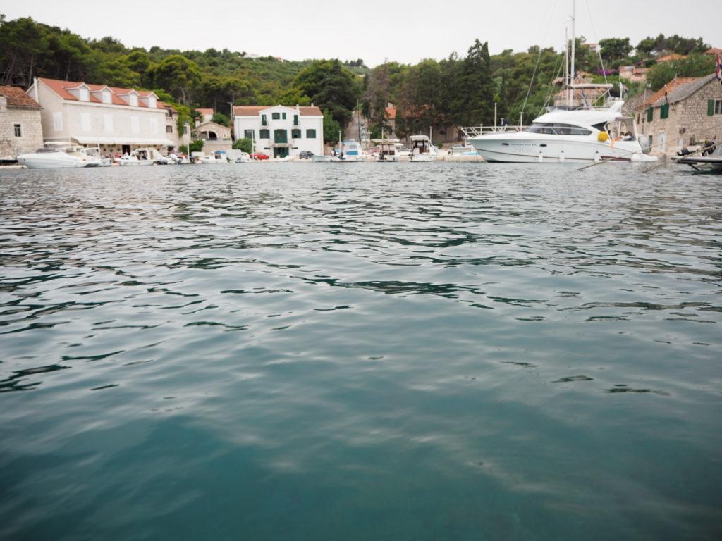 Blick auf kleinen Hafen mit Motorbooten