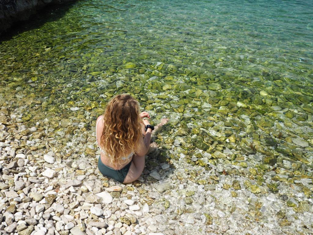 Baden im klaren, grünen Wasser