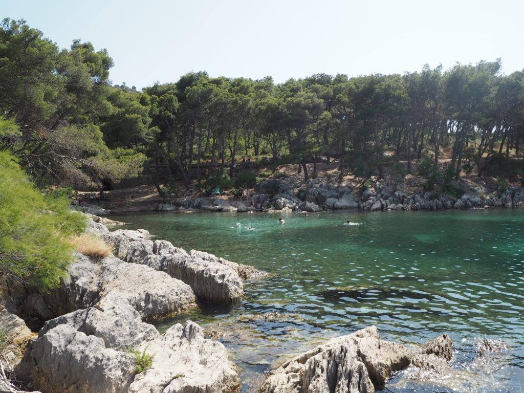 Badespaß in blauer Bucht