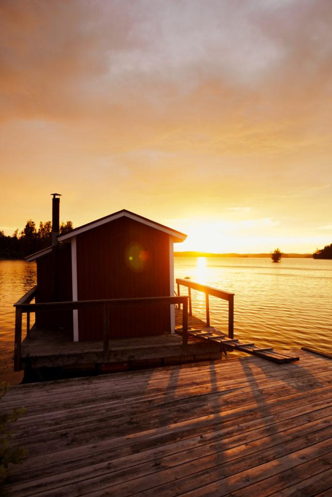 Den Sonnenuntergang am See genießen
