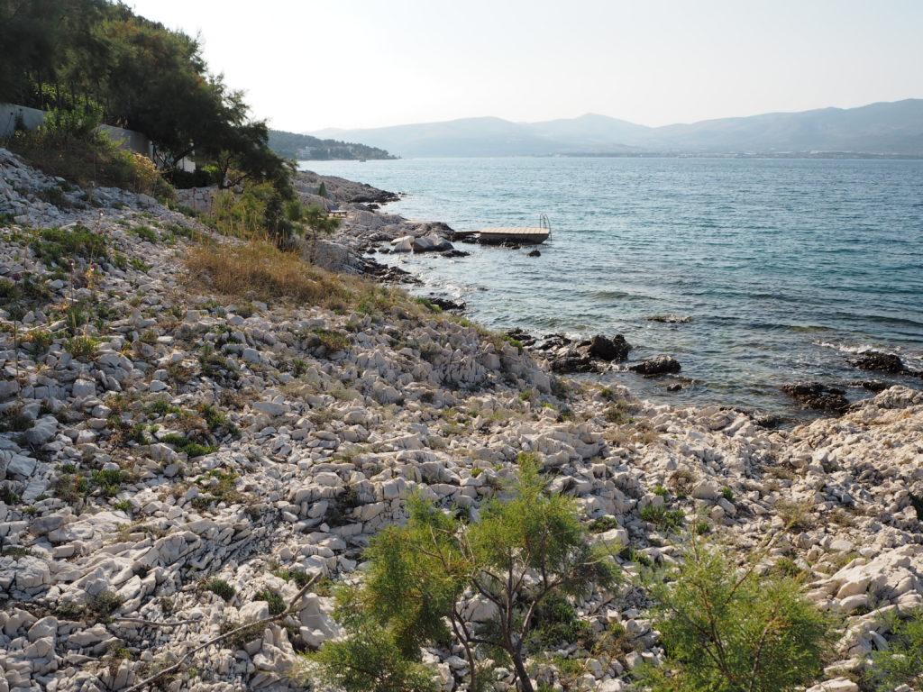 Besuch eines verlassenen Steinstrandes
