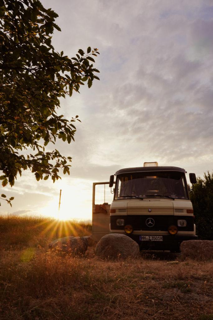 Camper im Sonnenuntergang