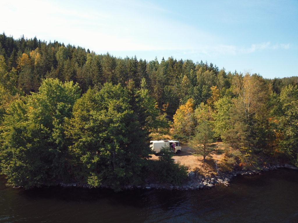 Camping umgeben von Bäumen