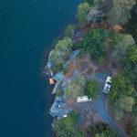 Dronenaufnahme von Stellplatz direkt am Wasser und im Wald