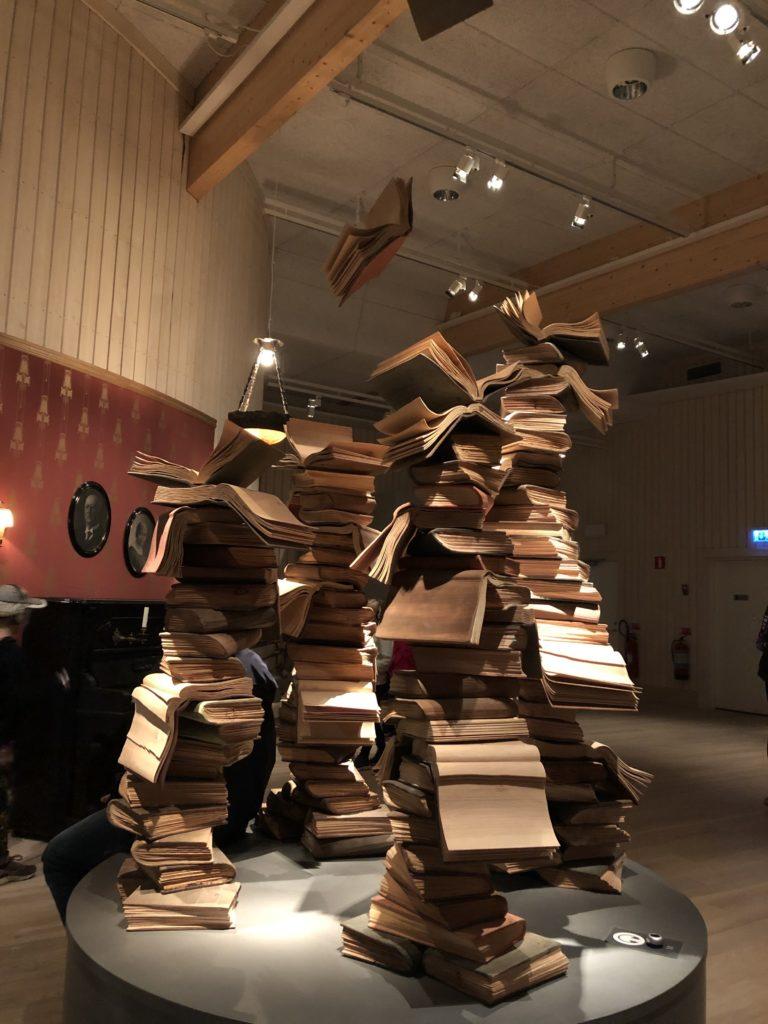 Blick auf Skulptur (gestapelte Bücher)